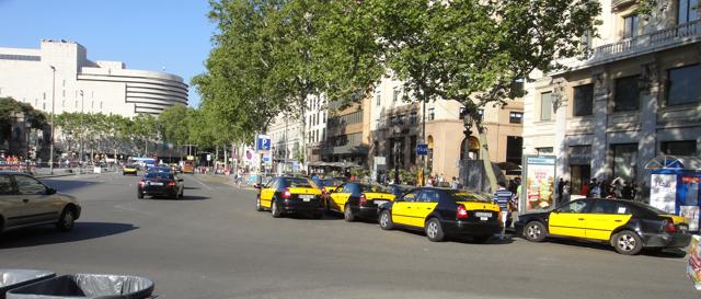 Taxier ved Placa Catalunya i Barcelona. Bare Octavia'er - ingen Toledoer her, nei!