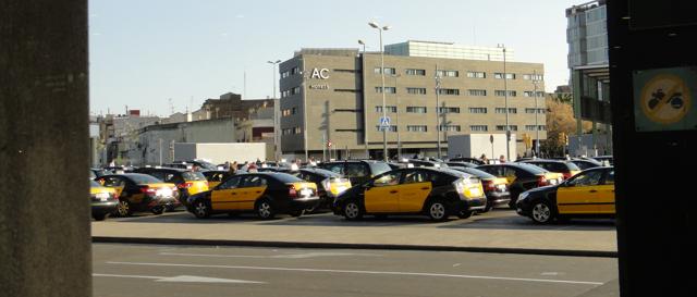 Taxiene på Sants hovedstasjon i Barcelona. Ikke mange Seater.