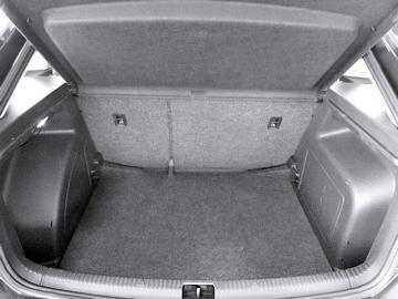 Dybden på bagasjerommet kan økes ved å ta ut en plate.