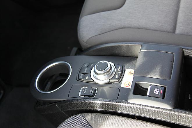 Betjeningshjul på midtkonsollen for infotainment og navigasjon m.m.