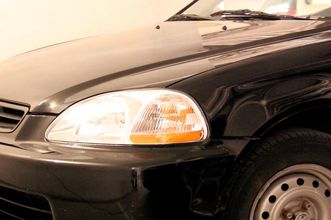 Gammel bil med riper og bulker blir finere etter polering