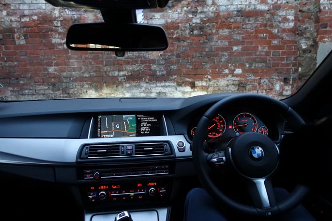 Jeg er glad for at BMW ikke har gått bort fra rød instrumentbelysning som Audi dessverre gjorde.