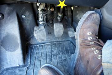 Bremsefoten kan lett stange inn i plastdekselet i stedet for å nå pedalen.