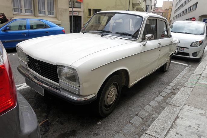 Peugeot 304 (sen 70-talls modell). Bil i samme klasse og størrelse som Opel Ascona MkI.