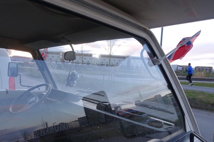 Velutstyrt vogn med flagg, terninger og koppholdere.