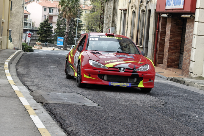Fra Rally Vallespir. Breddet Peugeot 206 som drar på friskt gjennom gatebildet.