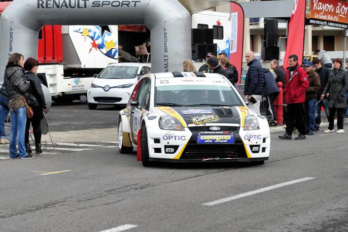 Tar med en Ford Focus rett ut fra startpallen, med en utstilt Renault Zoe i bakgrunnen.