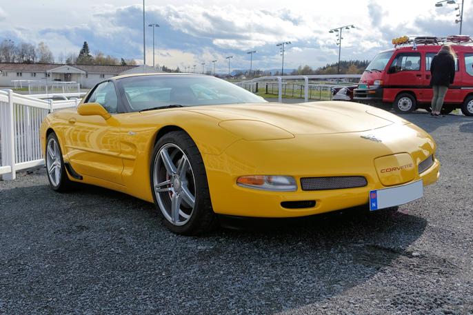 2004 Chevrolet Corvette. Subaru Sumo (E12) i bakgrunnen er heller ikke noe vanlig syn på veien.