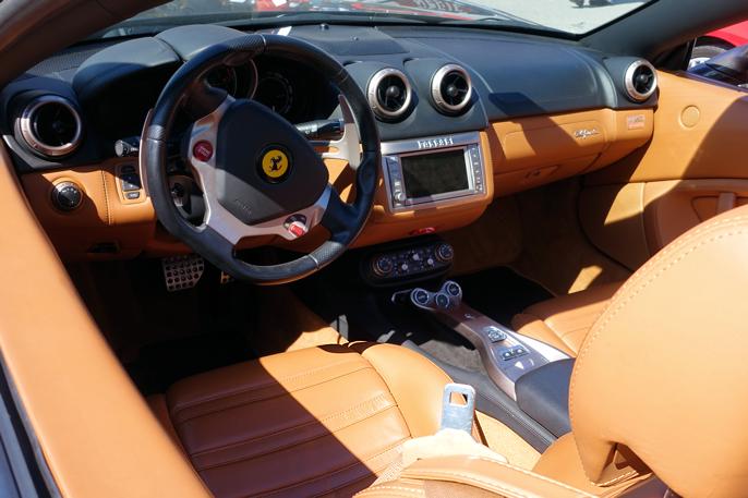 En stilmessig og funksjonell cockpit med klare signaler om at det er en Ferrari.