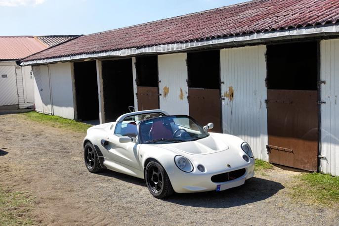 Lotus Elise - ekte britisk sportsbil som passer godt rundt en galoppbane.