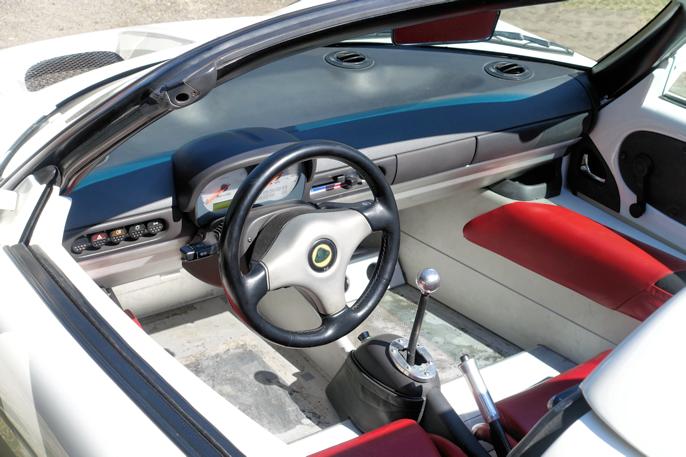 Interiøret (og komforten) er enkelt - på grensen til primitivt. Tidlige utgaver med motorer fra Rover (Honda) og senere fra Toyota.