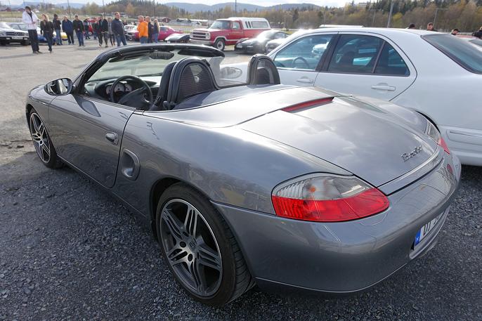 Dette er en Porsche Boxter fra ca 1998. I dag ligger de på rundt 150 000 kroner.