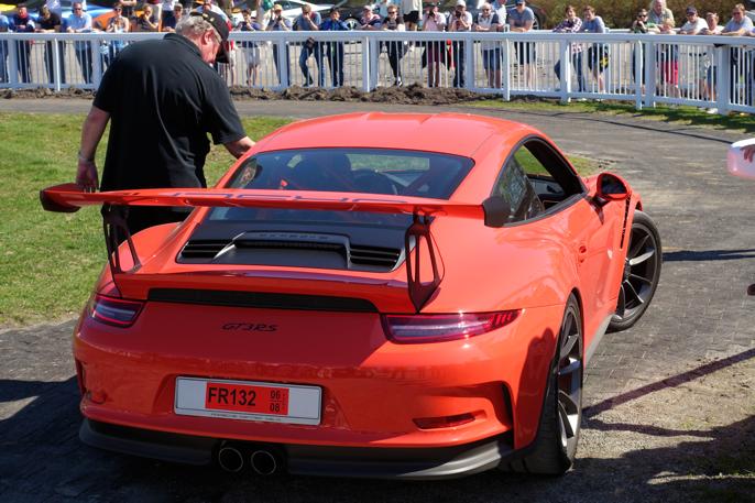 Fra defileringen rundt paddocken. Dette er en 2016 Porsche GT3 RS. Stolt far og sønn i en av treffets aller fineste biler.
