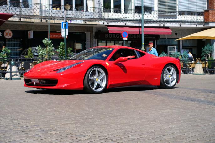 En italiener dro forbi. 2010 Ferrari 458 med 4,5 liter V8.