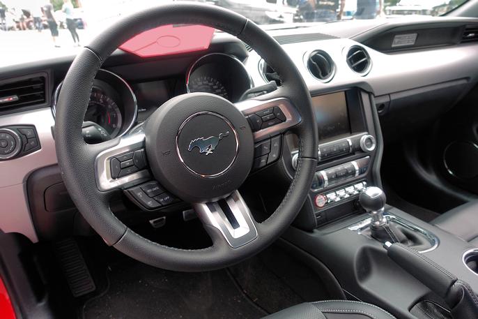 Jeg synes ikke dash'en på dagens Mustang er like vakker som europeiske konkurrenter. Her kunne Ford med fordel ha sett på tidligere Mustanger.