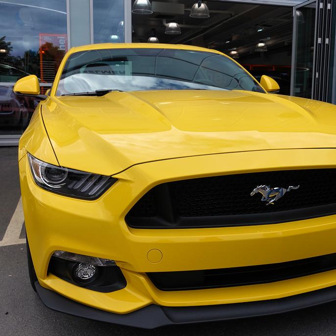 Den gule fargen heter Triple yellow metallic.