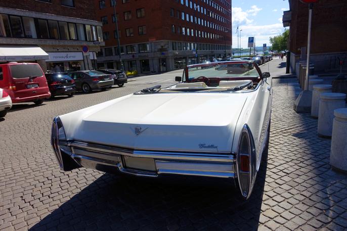 68 Cadillac DeVille med utsikt mot Pipervika.
