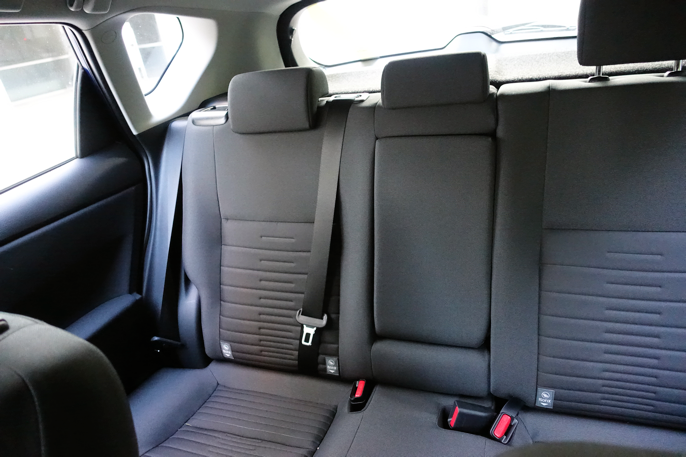 Baksetet. God plass til tre. Legg merke til at passasjerene ved dørene deler plass med hjulbuene.