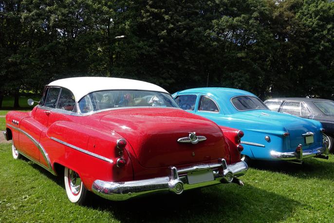1953 Buick i forgrunnen og 1949 Ford i bakgrunnen.