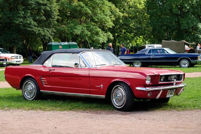 1966 Ford Mustang Convertible 200 i forgrunnen og en Mercury Grand Marquis i bakgrunnen.