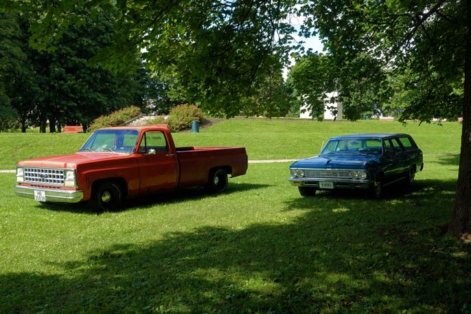 Som hentet fra en brosjyre fra GM. Pickupen til venstre hadde en del dårlig plåt. 1966 Chevrolet Chevelle Stationwagon  til høyre.