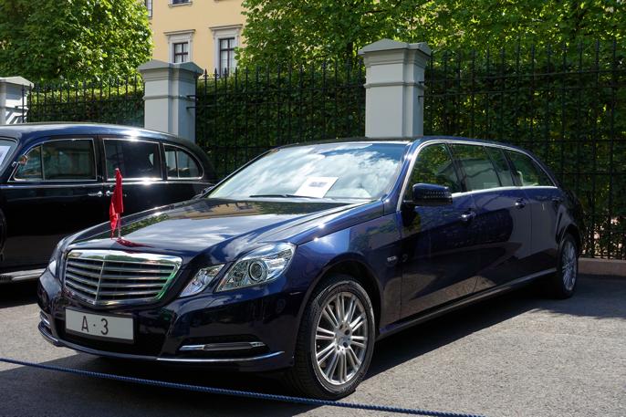 Sammen med de andre bilene, fremsto Binz'en som en ganske ordinær hotell-limo, - ikke helt konge i mine øyne.