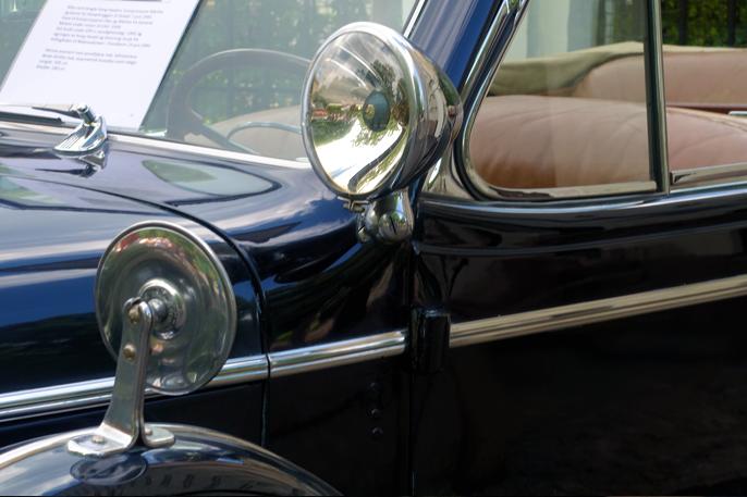 Detaljer fra Roadmaster'n. Speil og søkelykt.