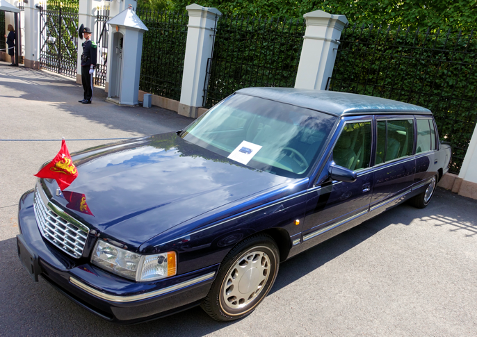 Cadillacen fra 1997 med forhøyet tak så virkelig umoderne ut blant de nye tyskerne. Har stått avskiltet et par år. Er du på utkikk etter en utrangert kongelimo, kan det hende du får napp på denne?