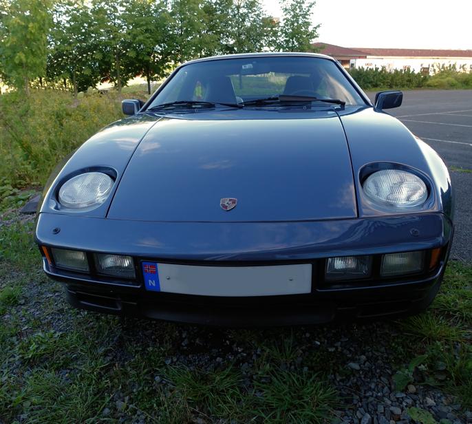 Porsche 9-serie hadde innfellbare frontlys, - lenge før kjørelys ble vanlig også på kontinentet.