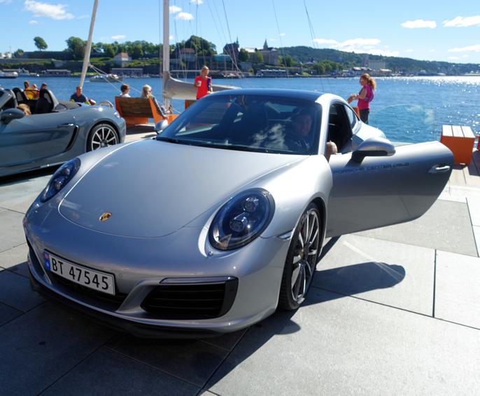 Porsche 911 Carrera S. Den ser flott ut, men så koster den også 731 000,- mer enn 718.