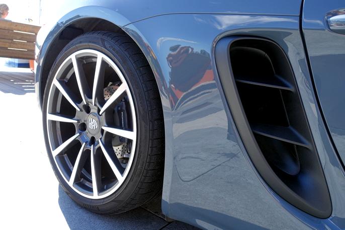 Skikkelig luftinntak og 20 tommers felger skaper ekte sportsbil-look.