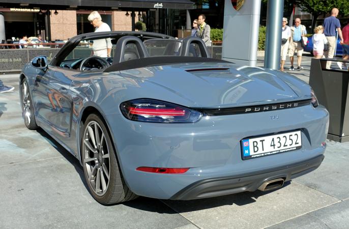 718 (standard) har ett eksosutløp, mens 718 S har to. Kjekt å vite ...