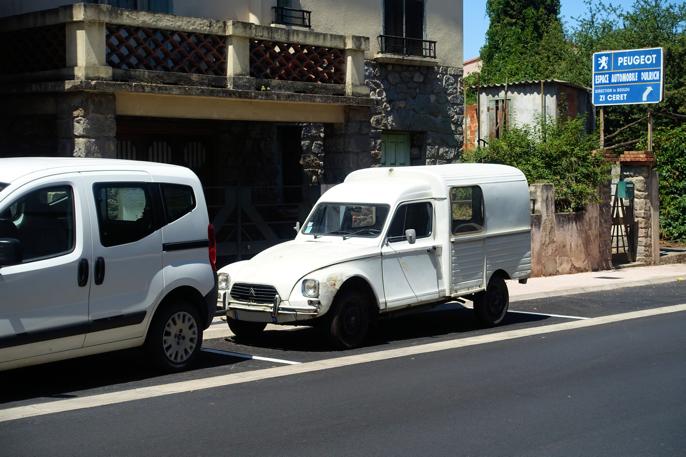 Dyane Fourgonnette er bitte lite granne mindre spartansk enn 2 CV. Foran Citroen Nemo - et mer moderne varebilkonsept.