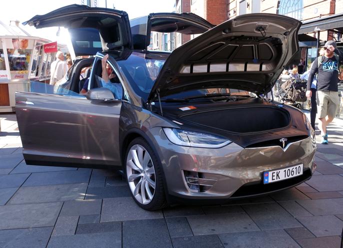 Alle ville prøvesitte Tesla Model X.