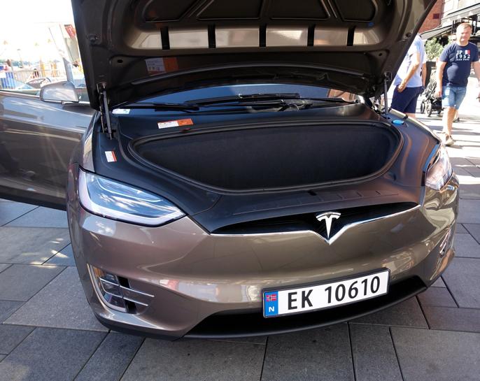Et svært enkelt frontparti, men langt fra anonymt. Alle kan se at det er en Tesla.