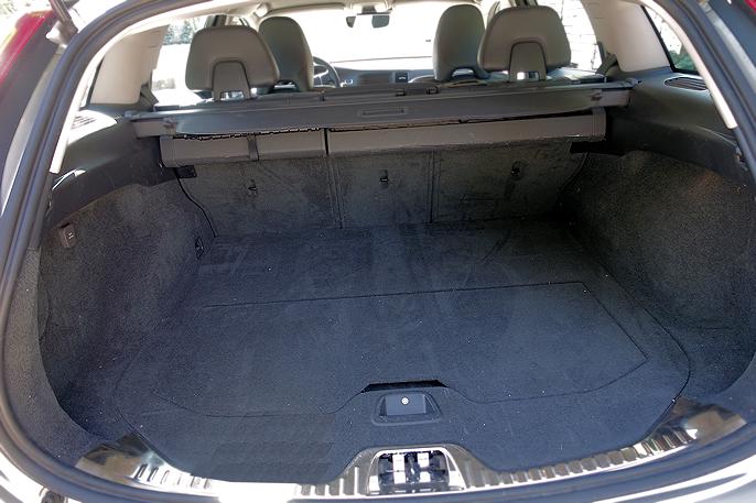 Bagasjerommet på 430 liter er kanskje bilens største ulempe. Med baksetene foldet ned, får du helt flatt gulv.