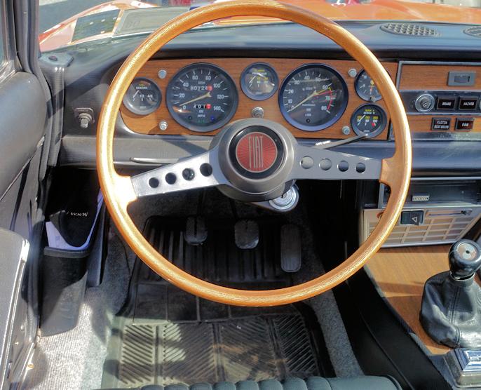 Dette vakre dashbordet tilhører en tidlig Fiat 124 Sport Spide. Typisk italiensk - og typisk Fiat.  På med kjørehanskene!
