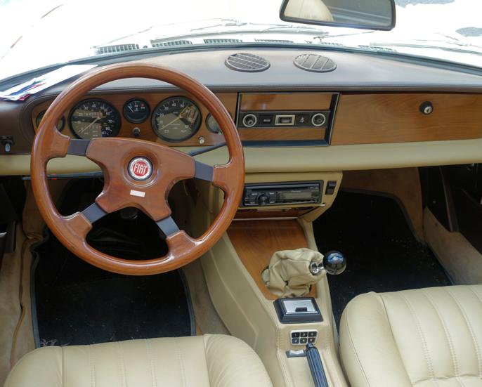 Innvendig i Fiat 124 Sport Spider (sen utgave). Legg merke til plasseringen av askebegeret og anvisning av girvalgene på midtkonsollen.
