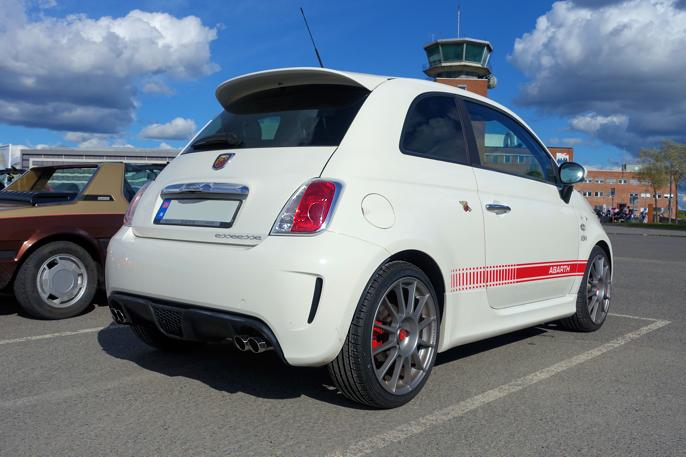 Fiat 500 Abarth Essesse er et sjeldent syn på veien. Legg merke til de fire eksosrørene. 1,4 liters bensinmotor på 160 HK skulle borge for høy fun-factor.