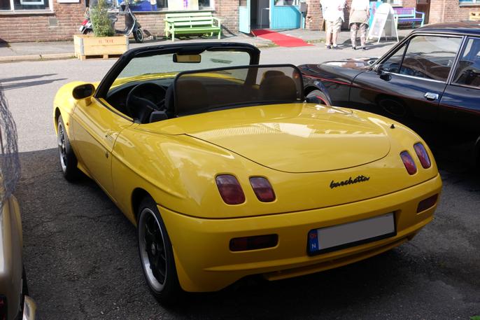 Fiat Barchetta fra mellom 1995 og 2002. En moderne bil med et spesielt utseende. Jeg synes den tar seg best ut bakfra.