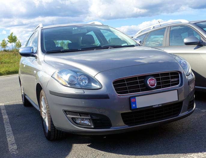 Når Fiat-entusiaster trenger en familiebil, er Croma Mk2 et naturlig valg. Produsert mellom 2005 og 2011 på samme plattform som Opel Vectra og Saab 93, men bare i stasjonsvogn-utgave. Croma mk2 ble tatt inn til Norge fra 2009. Avbildet bil har 1,9 MultiJet Diesel på 120 HK. Den ble aldri noen storselger - hverken her eller noe annet sted. Mens dette skrives, er det 15 Croma'er i meget god stand til salgs på Finn.no ...