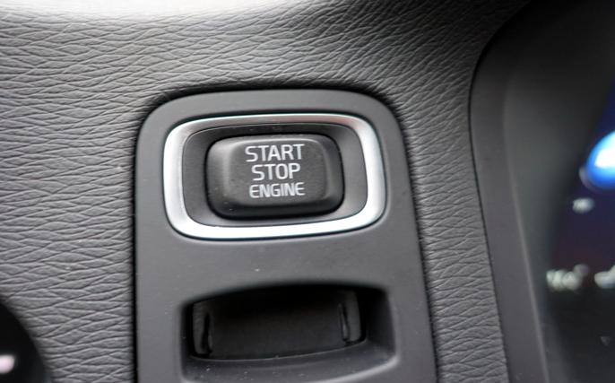 Start & Stopp kutter motoren mens bilen ruller, noe som kan resultere i at starteren aktiviseres mens motoren går.