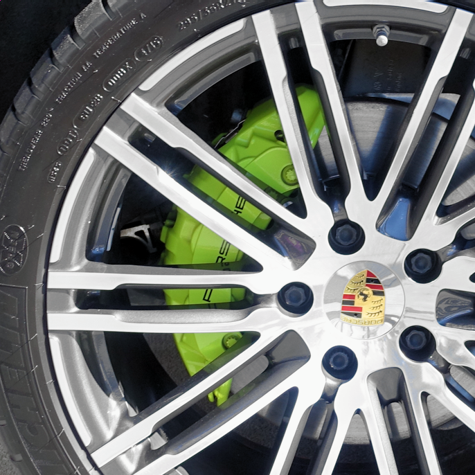 Ikke hver dag vi kommer over grønne calipere. Disse signaliserer miljøvennlighet, og sitter i nye Porsche Cayenne e-Hybrid.