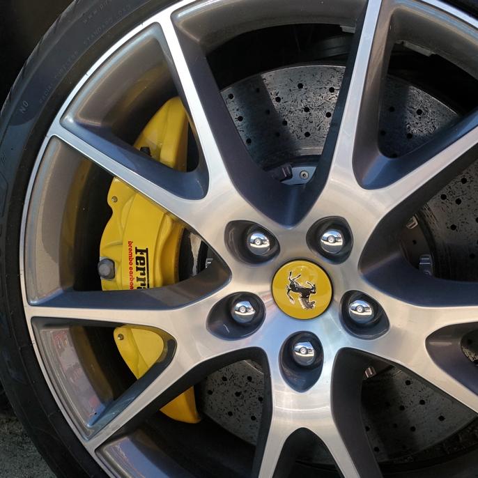 Jeg trodde Ferrari brukte røde calipre, men på denne 2010 Ferrari California er caliperne gule, - like gule som den gule hingsten i Ferraris emblem.