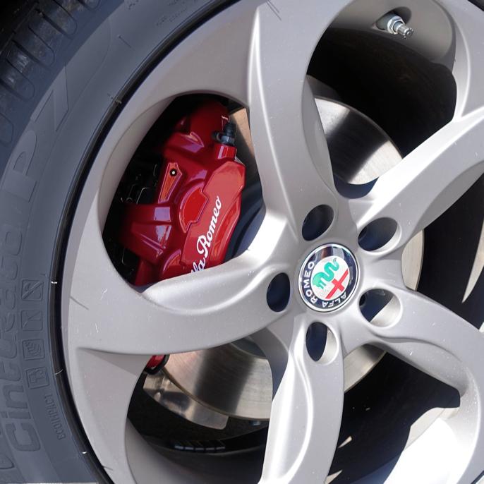 Nye Alfa Romeo Giulia har fine, røde bremsecalipre, selv om denne dieselversjonen egentlig ikke tilhører samme klasse som McLaren og Ferrari.
