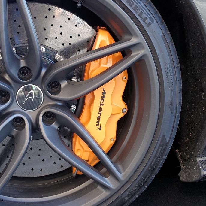 De fete orange brenscaliperne tilhører 2016 McLaren 570 S.