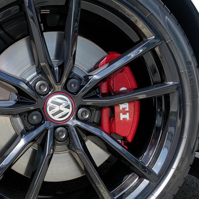 De røde bremsecaliprene på 2016 Volkswagen Golf Clubsport er noe mindre enn McLaren.