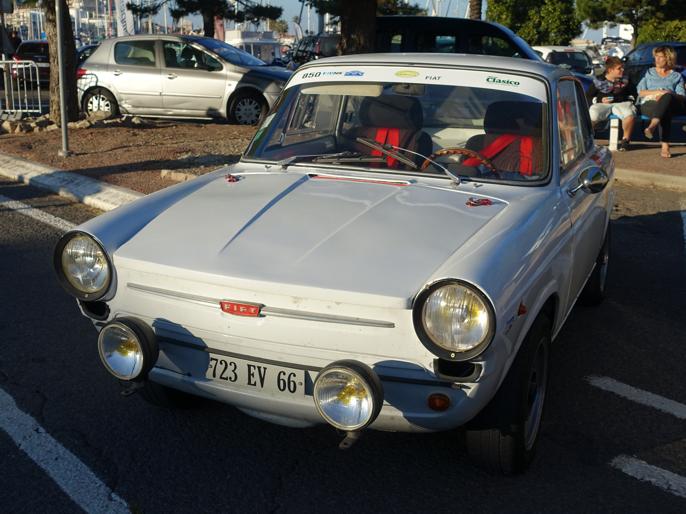 Fiat 850 Coupe. Endeløse landeveier gjennom et fantastisk Middelhavsområde venter. Snart faller solen ned. La rallyet begynne!
