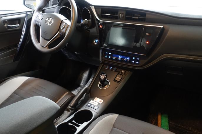 Litt annerledes dashboard-utforming. Bringer tankene tilbake i tid, selv om moderne utstyr er på plass.