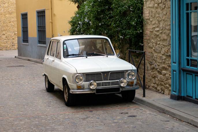 I gammel fransk småby passer Renault 6 godt inn.